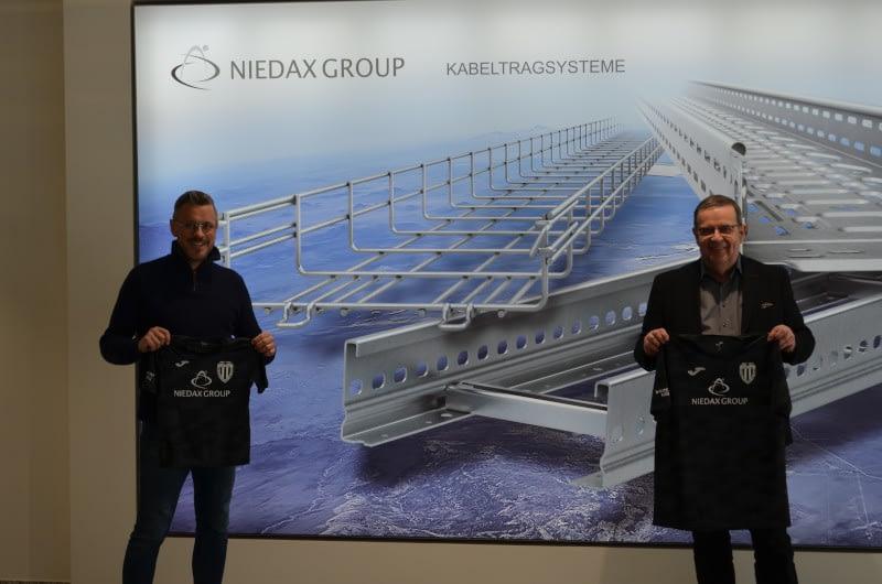 Der 1. Vorsitzenden des VfB Linz, Mirko Schopp und der Geschäftsführer der Niedax Group, Bruno Reufels, bei der Übergabe der Trikots