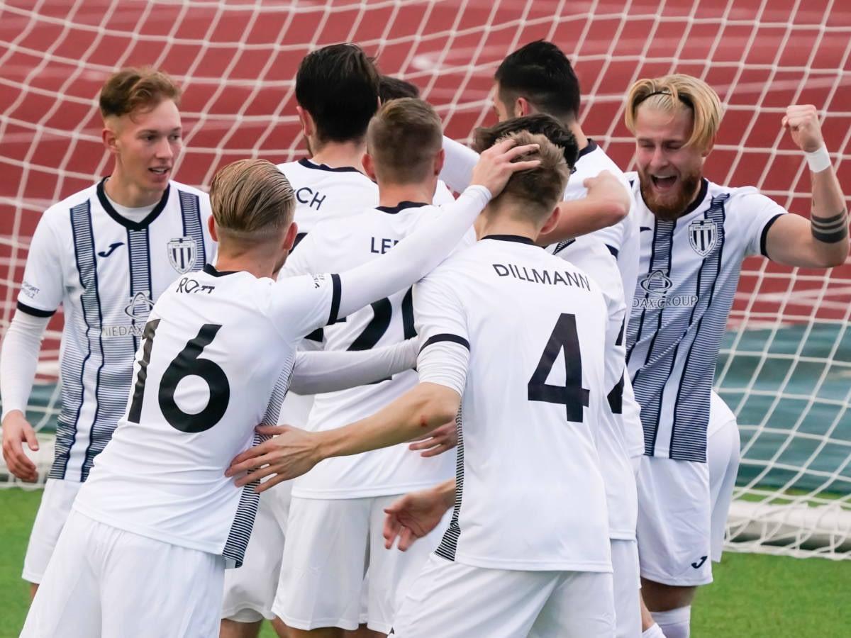 Die Spieler der 1. Mannschaft des VfB Linz freuen sich über ein Tor